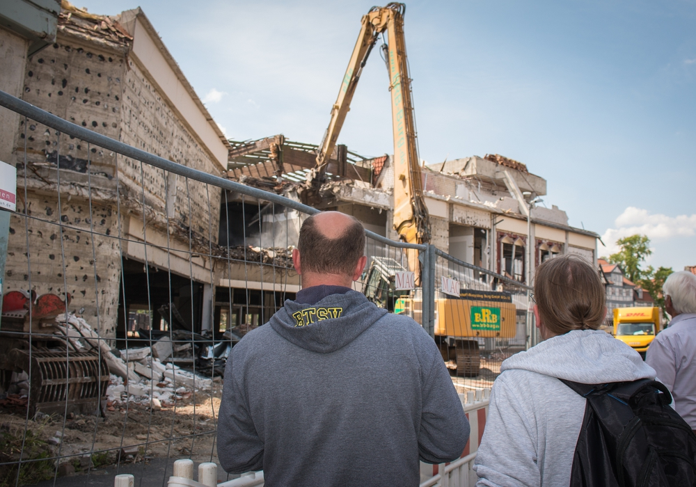 Der Abriss des alten Hertie-Gebäudes wird neugierig beobachtet. Foto: Werner Heise