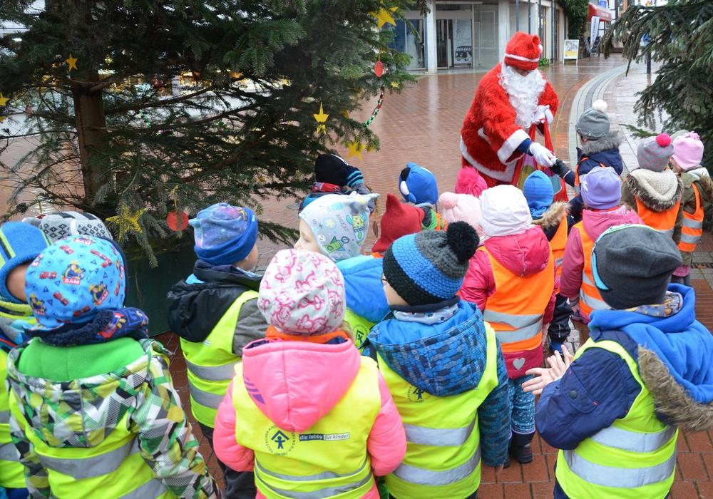 Die Kinder waren überrascht, als der Nikolaus nach dem Schmücken zwischen den Bäumen hervorkam. Fotos: Werbegemeinschaft Salzgitter-Bad e.V.