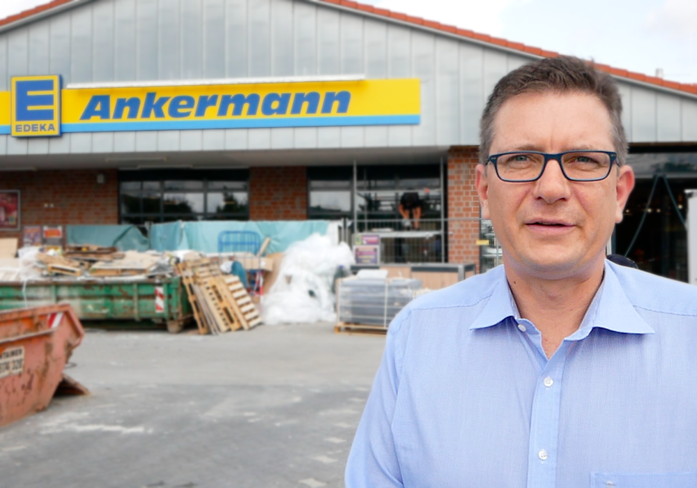Geschäftsführer Toralf Ankermann vor einer seiner Filialen. Archivfoto: regionalHeute.de