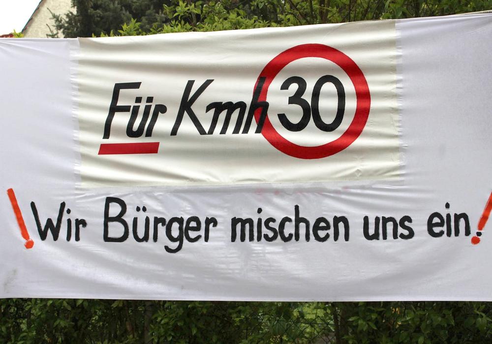 Die Bürger in Salder verleihen ihren Forderungen mit einer Plakataktion Nachdruck. Foto: Antonia Henker