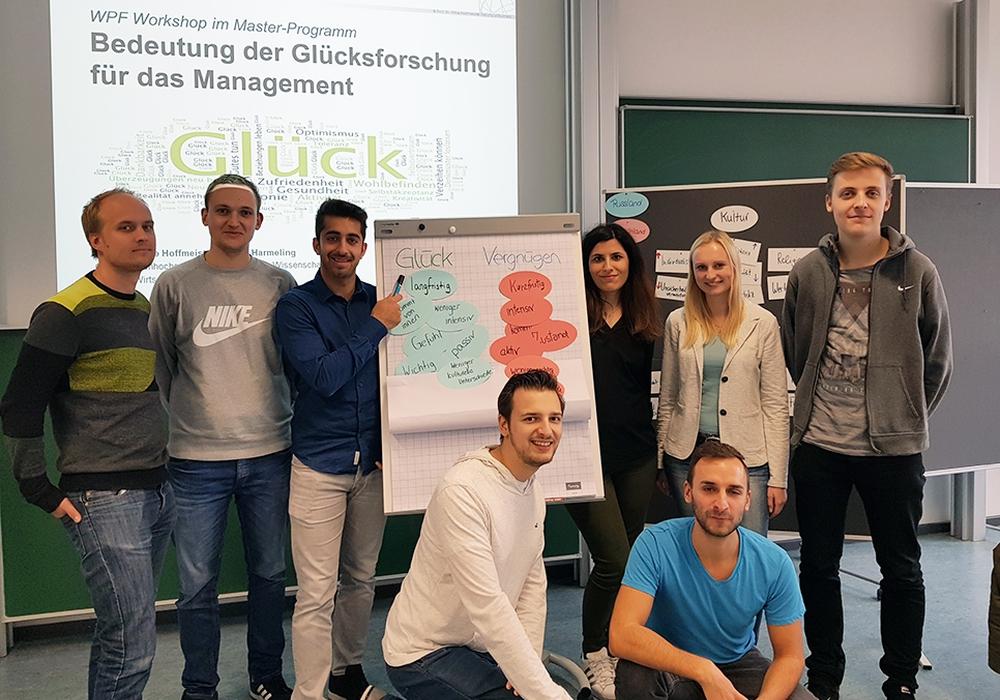 Ostfalia-Studierende bereiten im Seminar Glücksforschung die Podiumsdiskussion vor. Foto: Ostfalia