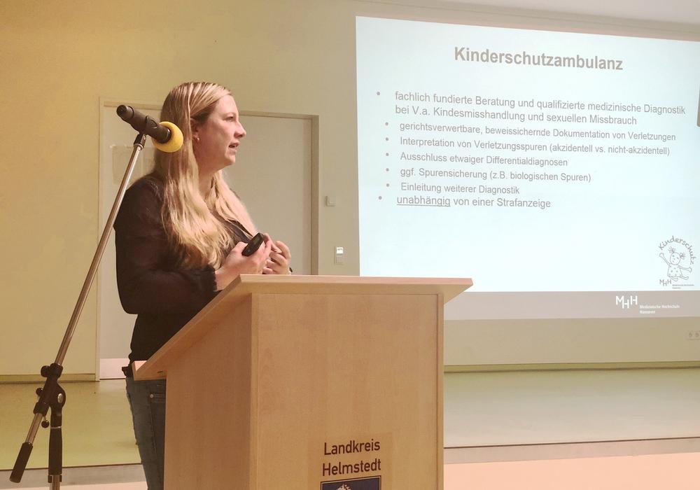 Frau Dr. med. Melanie Todt berichtet über Anzeichen sexueller Gewalt aus medizinischer Sicht. Foto: Landkreis Helmstedt
