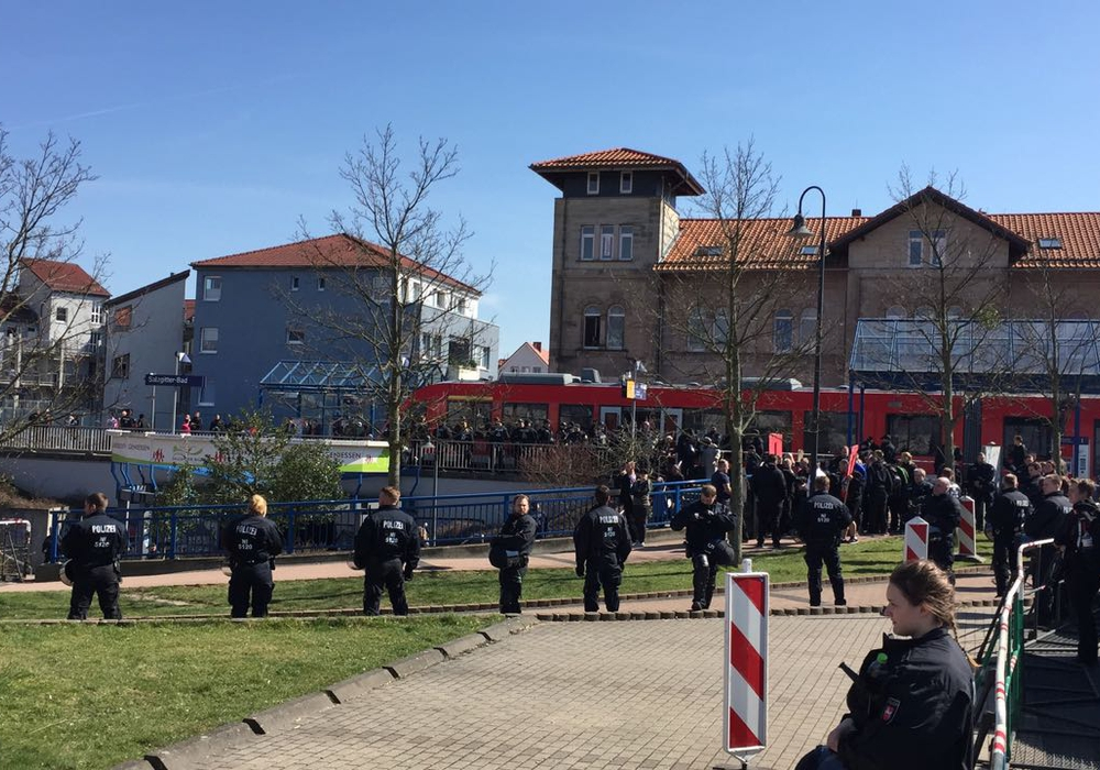 Die Polizei sichert den Bereich am Bahnhof in Salzgitter-Bad. Fotos/Videos: Sandra Zecchino