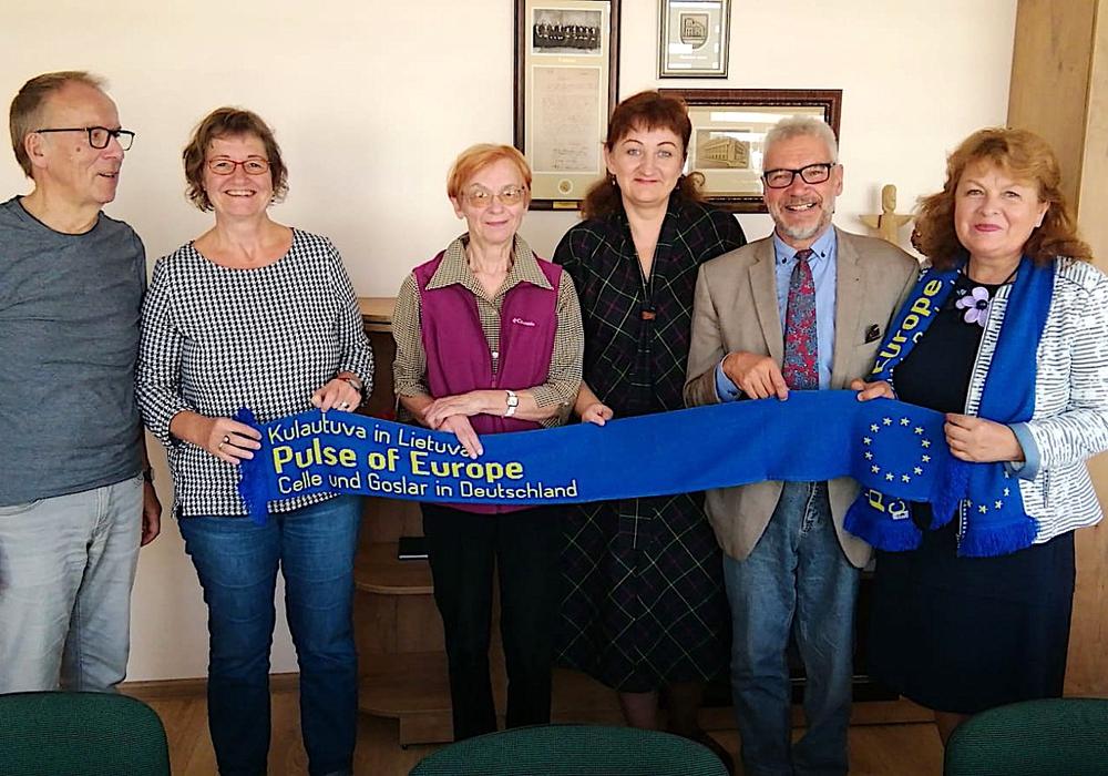 Hanne Ruhe-Hollenbach (2. v. li.) und Mikolas Fedaravicius (2. v. re.) mit Schuldirektorin und Lehrerinnen. Fotos: Pulse of Europe Goslar