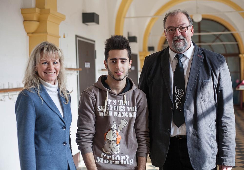 Biologie- und Chemielehrerin Steffi Barner, Bahi Abouhassan und Schulleiter Hans-Peter Dreß. Foto: Alec Pein