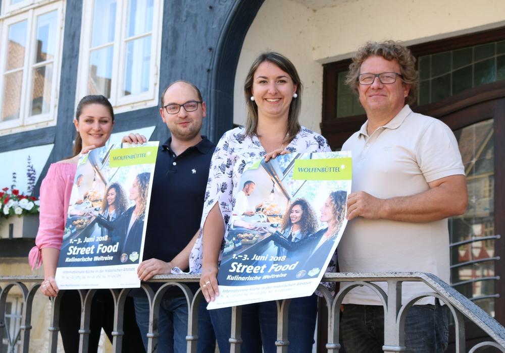 Vivien Strümpfler, Sebastian Kirchner, Anna Wohlert-Boortz (alle Stadt Wolfenbüttel) und Alexander Kopke (Streetfood Veranstalter) freuen sich auf das erste Juni-Wochenende. Foto: Werner Heise