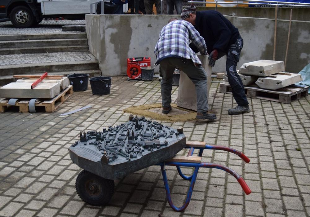 Das Bronzemodell der Stadt muss noch etwas warten. Zuerst müssen die Sandsteinsockel aufgestellt werde. Fotos: Stadt Goslar