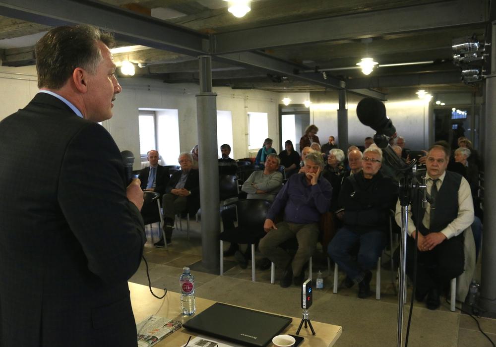 Ratsfraktionsvorsitzender Klaus-Dieter Heid im Dialog mit den Bürgern. Foto: Werner Heise