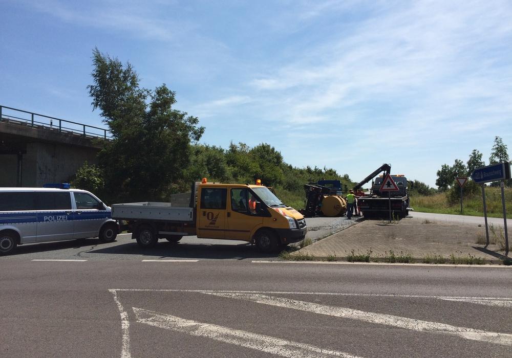 Ein Fahrzeug versperrt momentan die Zufahrt zur A391 in Wenden. Autofahrer sollten den Bereich weiträumig umfahren. Foto: Werner Heise