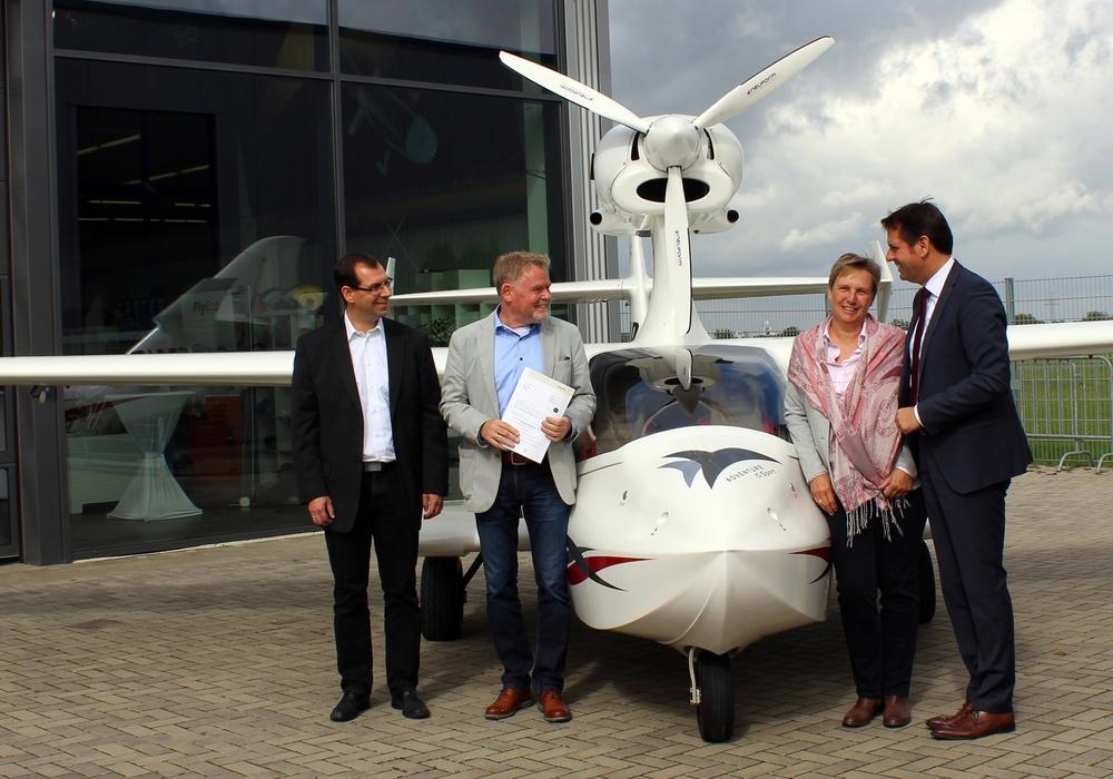 Übergabe des Förderbescheids (von links): Prof. Dr. Robin  Vanhaelst (Ostfalia), Helmut und Elke Rind (Flywhale Aircraft GmbH & Co. KG), Wirtschaftsminister Olaf Lies. Foto: Ostfalia