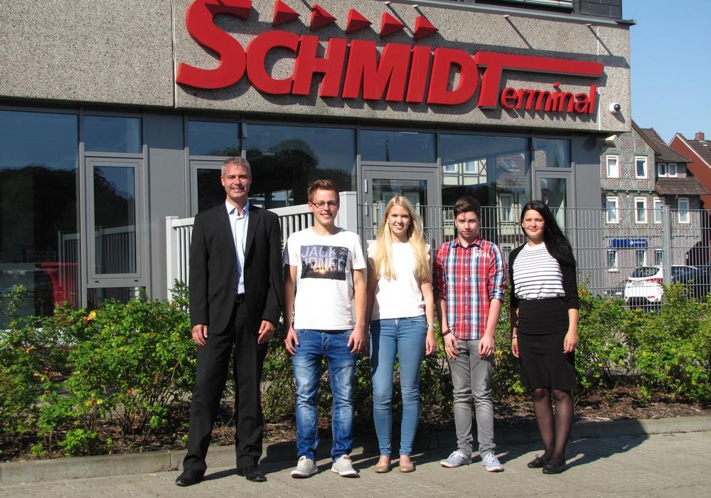 Philipp Cantauw, Prokurist, und Sharon Blanke, Sekretärin der Geschäftsleitung (rechts) konnten die drei neuen Schmidtarbeiter  Simin Curland (2.v.l.), Kerstin Grimminger und Dominik Betker begrüßen. Foto: Privat