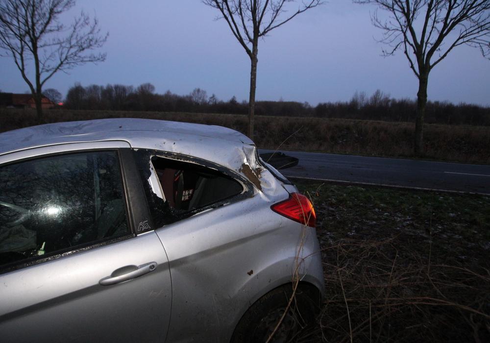 Das Fahrzeug wurde von der Feuerwehr aufgerichtet und muss nun abgeschleppt werden. Foto: Rudolf Karliczek