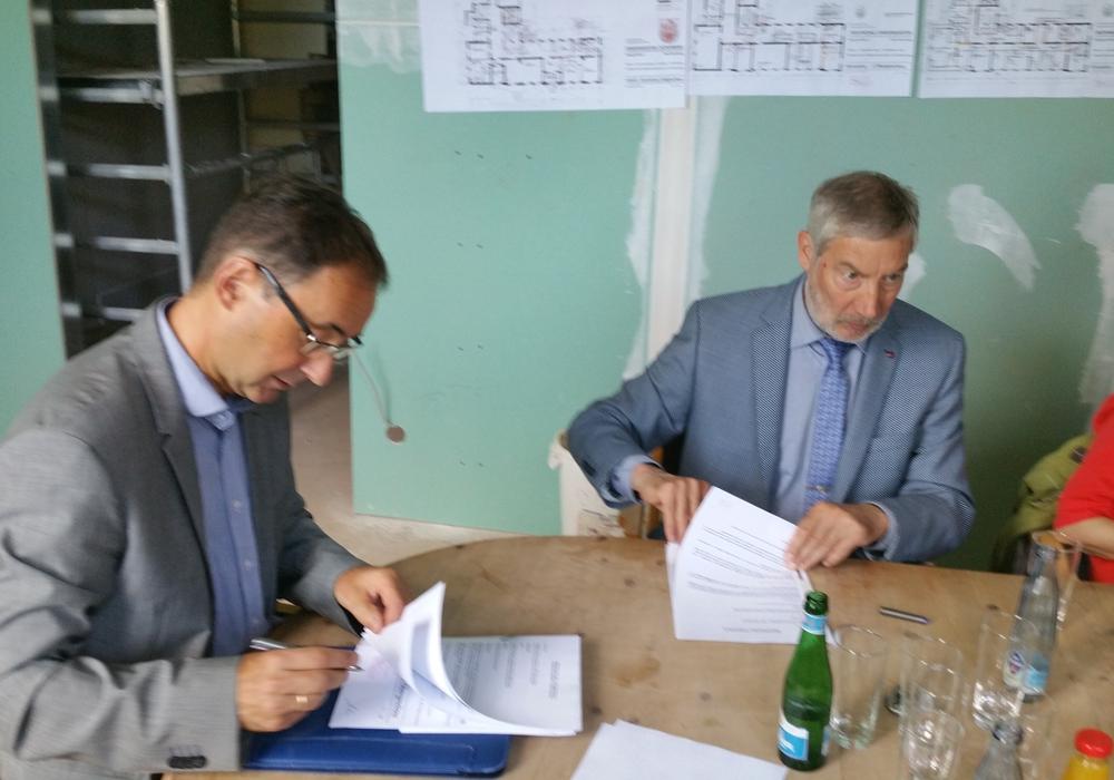 Vertragsunterzeichnung  mit Clemens Ahrens, Geschäftsführer der Lebenshilfe Goslar, und Bürgermeister Ralf Abrahms. Foto: Stadt Bad Harzburg