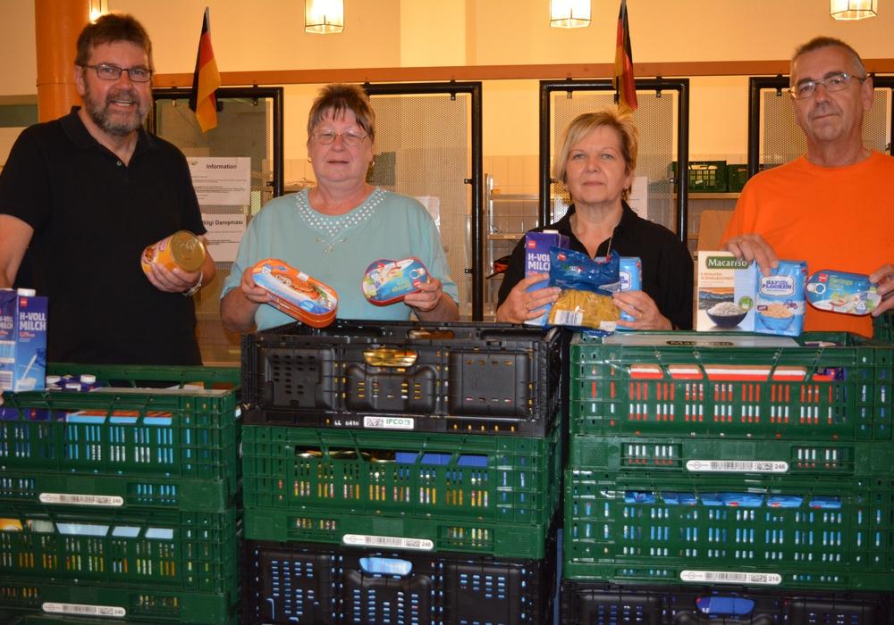 Angelika Dettmers (2. v. r.) spendete Lebensmittel. Foto: Privat