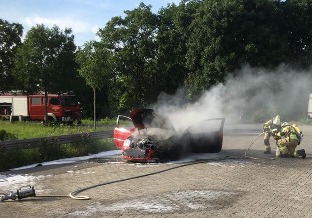 Flammen schlugen aus dem Motorraum des Fahrzeuges. Fotos: Feuerwehr Grasleben