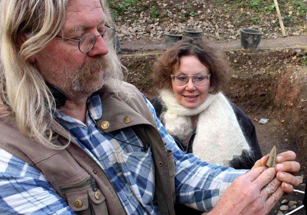 Wolf-Dieter Steinmetz im April 2010 auf dem Grabungsgelände bei Isingerode. Er zeigt eine geborgene Lanzenspitze aus Bronze. Foto: Bernd-Uwe Meyer