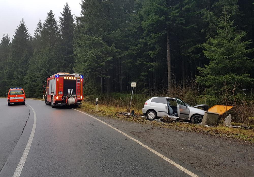 Der Kleinwagen fuhr gegen eine Streubox. Foto: Feuerwehr