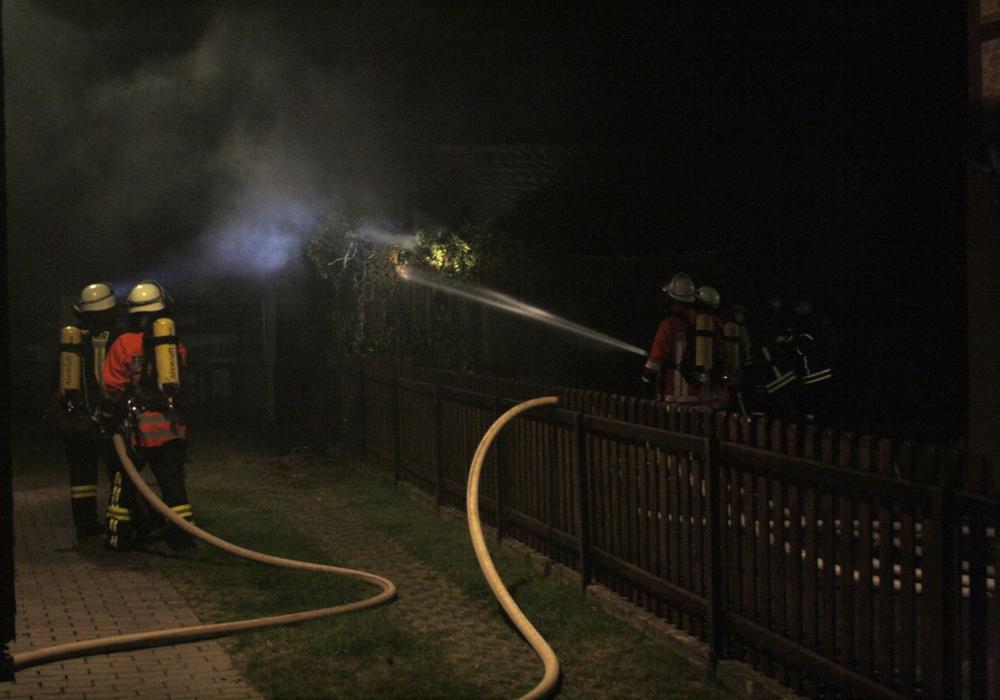 Atemschutzgeräteträger der Feuerwehr sind mit den Nachlöscharbeiten am Schuppen im Einsatz. Fotos: Werner Heise