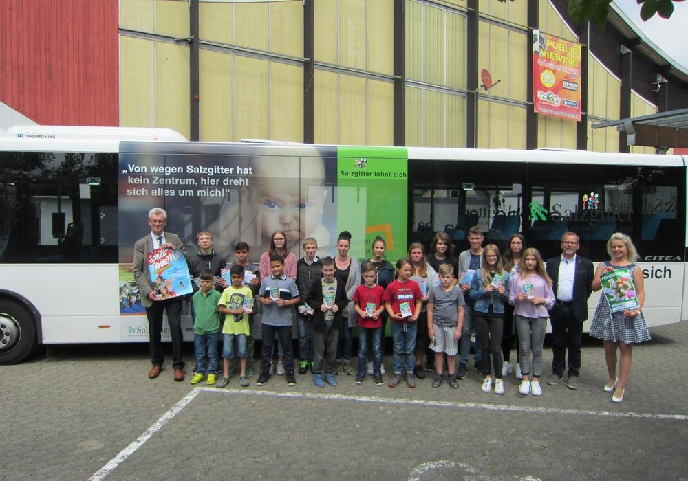 Schon 1.500 Schüler reisen mit dem Schülerferienticket durch Niedersachsen. 20 Schüler bekamen das Ticket geschenkt. Foto: KVG