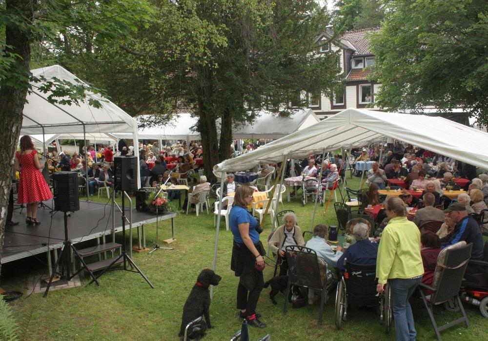 Bewohner, Angehörige und Besucher feierten ein harmonisches Sommerfest. Foto: Theresienhof