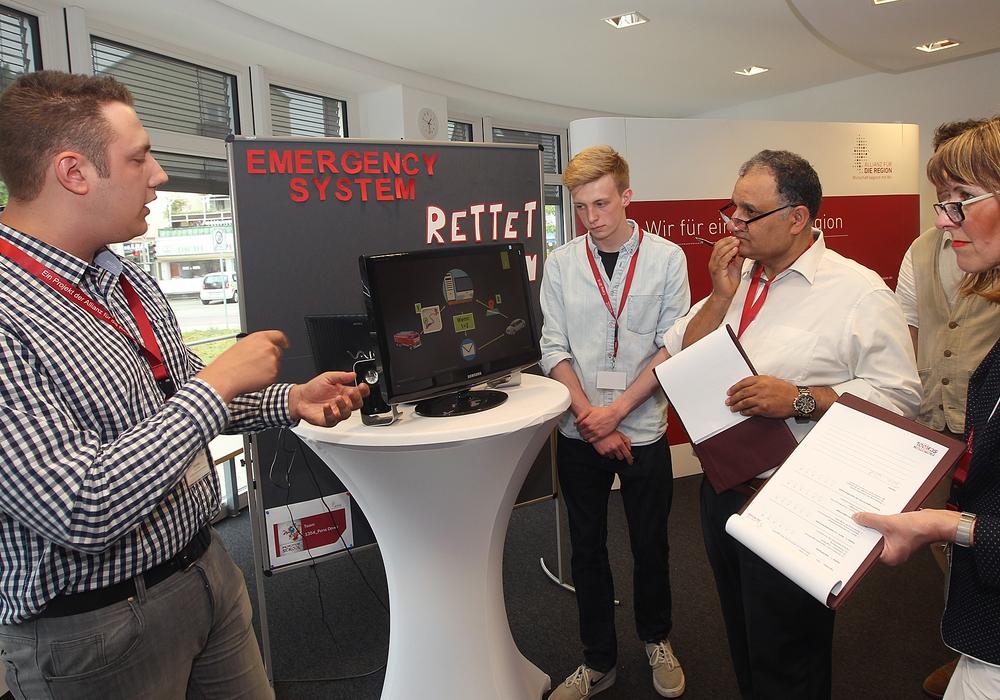 Auf den Projektmärkten im Mai testen die Schüler ihre Konzepte vor fachkundigem Publikum, hier zu sehen auf dem Projektmarkt 2016 in Braunschweig. Mit im Bild sind die Juroren Prof. Reza Asghari und Cordula Miosga (Bildnachweis: Allianz für die Region GmbH/Susanne Hübner)