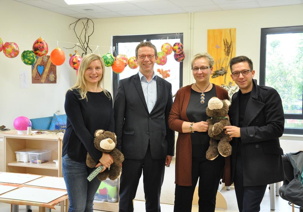Karina Jäckl (Leiterin der Kindertagesstätte),Oberbürgermeister Klaus Mohrs, Iris Bothe (Dezernentin für Jugend, Bildung und Integration), Falko Mohrs (Vorsitzender des Jugendhilfeausschusses). Foto: Stadt Wolfsburg