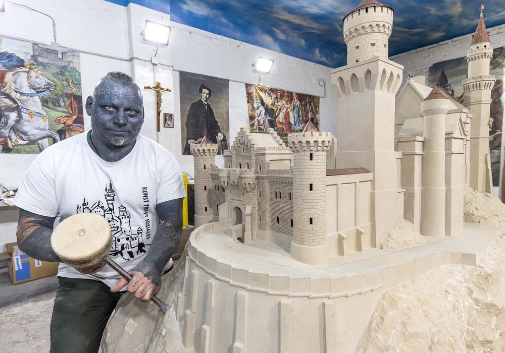Thomas mit seinem Schloss aus Sandstein. Fotos: Rudolf Karliczek