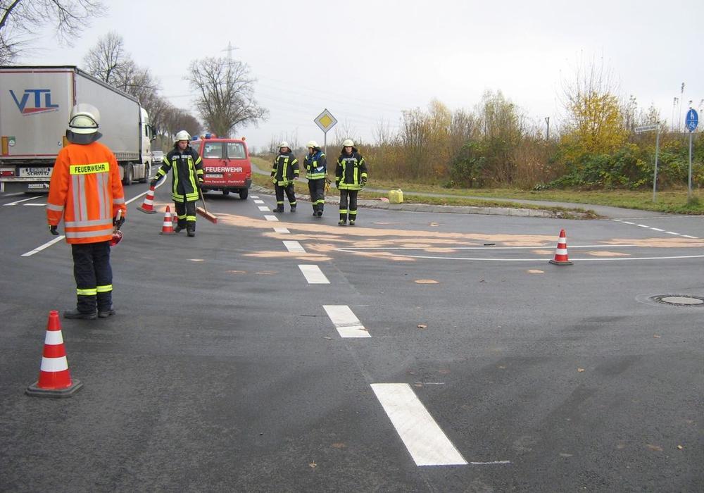 Die Feuerwehr hat ausgelaufene Kraftstoff abgebunden und aufgenommen. Foto: Feuerwehr Flechtorf