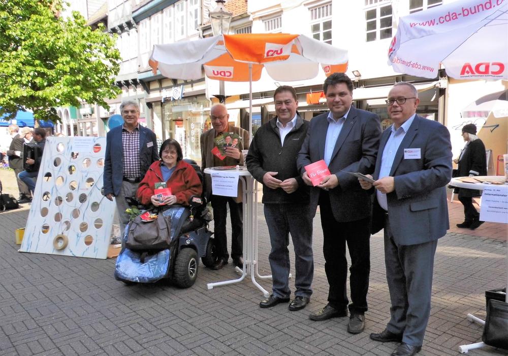 CDA und CDU stellten am vergangenen Samstag gemeinsam den internationalen Tag der Familie am 15. Mai vor. Beteiligt waren (v. l.): Herbert Theissen, Brita Schulz, Dieter Lorenz, Uwe Lagosky (MdB), Uwe Schäfer und Andreas Meißler. Foto: Andreas Meißler
