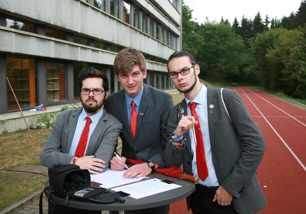 Die PARTEI Goslar beim unterschreiben. Foto: Die PARTEI Kreisverband Goslar