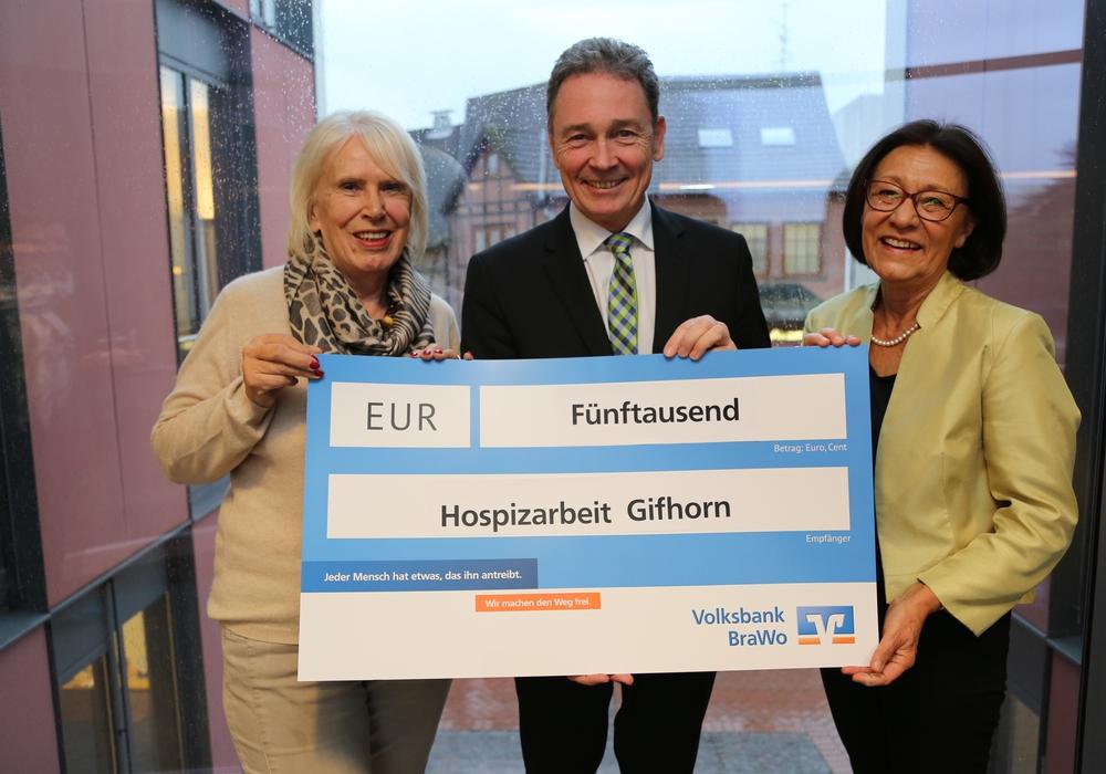 Thomas Fast, Leiter der Direktion Gifhorn bei der Volksbank BraWo übergibt den Scheck an Ewa Klamt, Vorsitzende des Hospizvereins (rechts) und Schriftführerin Dorte Köpke. Foto: Volksbank BraWo
