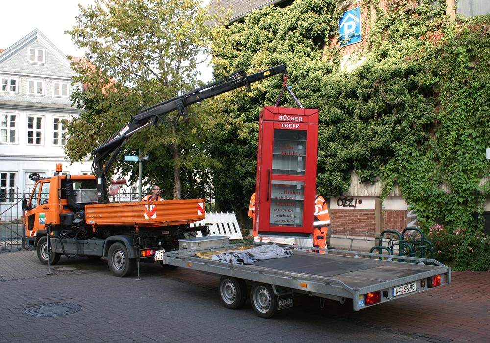 """Der Kran platziert die umfunktionierte Telefonzelle """"Büchertreff"""" an ihren rechtmäßigen Platz. Foto: Jürgen Kumlehn"""
