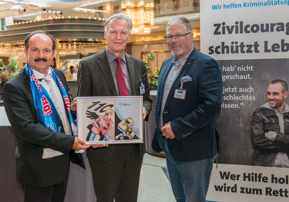 Günter Koschig (links), Jörg Ziercke und Markus Müller (rechts) bei der Bundestagung des WEISSEN RINGs. Foto: Hermann Recknagel