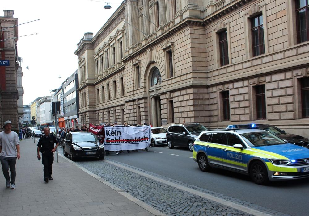 """Unter dem Motto """"5 Jahre NSU-Prozess - Kein Schlussstrich!"""" gingen in Braunschweig am frühen Abend 120 Menschen auf die Straße. Foto: Initiative """"Kein Schlussstrich!"""" Braunschweig"""