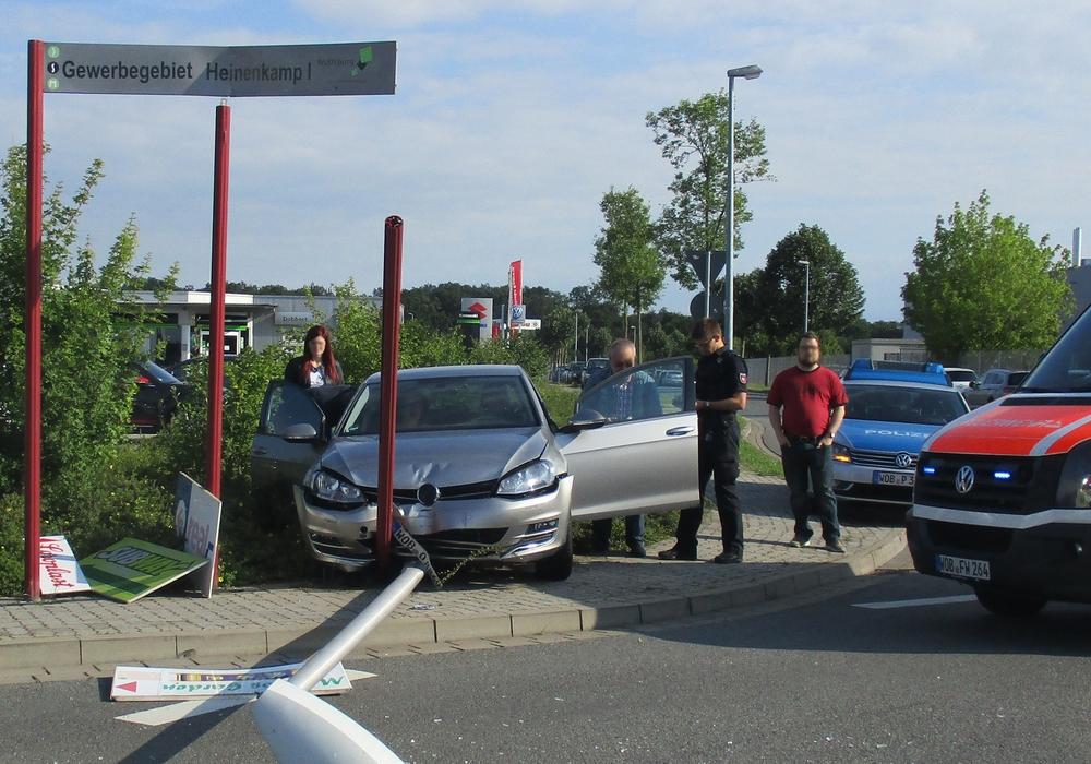 Nachdem der Fahrer rückwärts ins Gebäude fuhr, ging es vorwärt mit Vollgas durch zwei Hecken gegen eine Straßenlaterne. Foto: Polizei