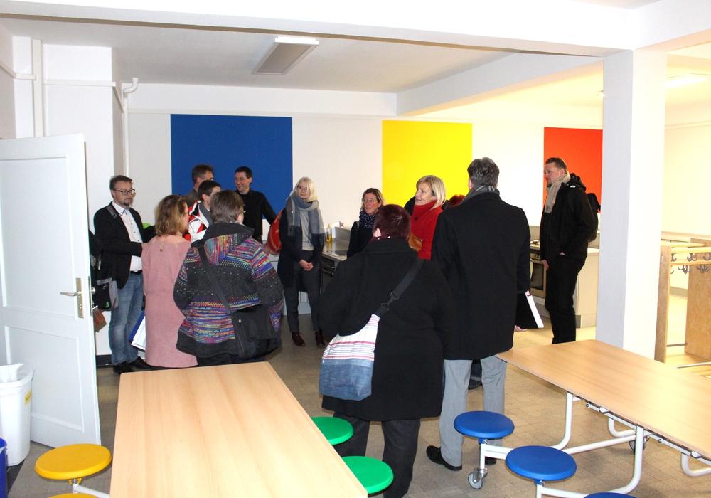 Zum Ganztagsbetrieb gehört auch eine Mensa. Der Schulausschuss besichtigte die neuen Räume in der Wilhelm-Raabe-Schule. Foto: Alexander Dontscheff