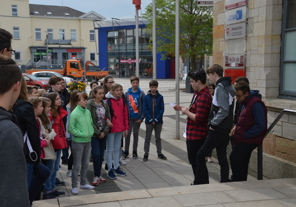 """Ihr Wissen über """"Nationalsozialismus in Wolfenbüttel"""" teilten Schüler der IGS Wallstraße bei einer Führung mit den Siebtklässlern der Henriette-Breymann-Gesamtschule. Foto: Privat"""