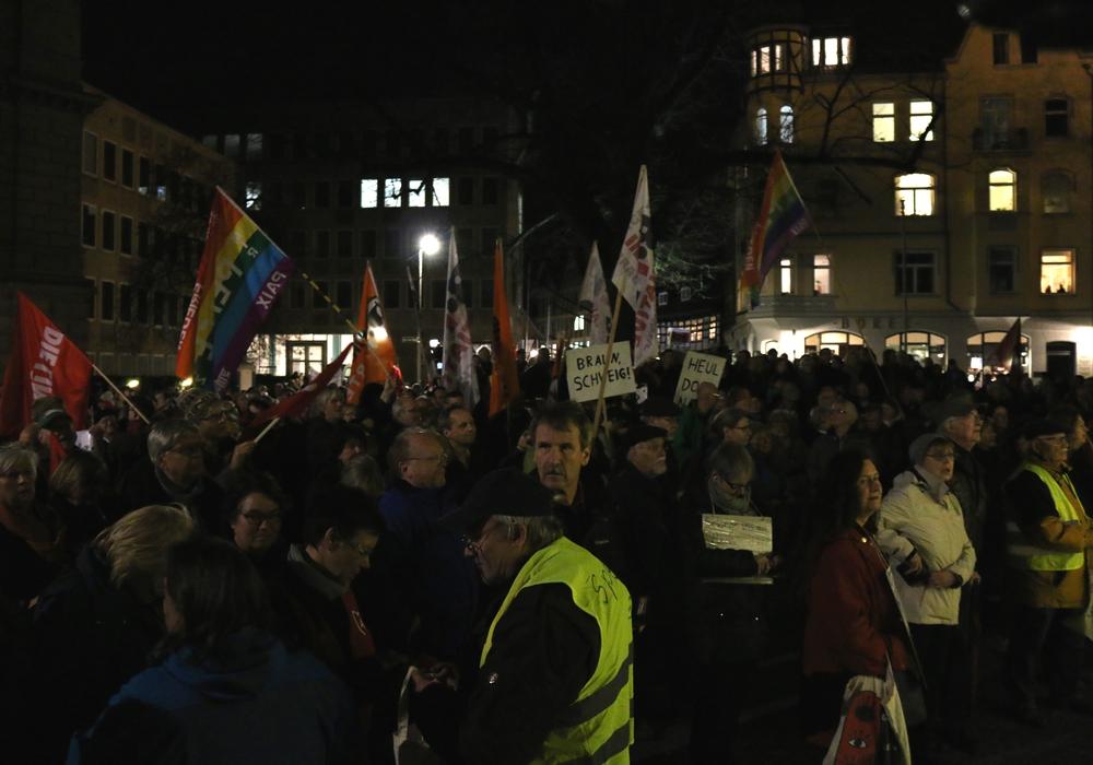 Zahlreiche Menschen haben sich auf dem Domplatz versammelt um an der Kundgebung des Bündnis gegen Rechts teilzunehmen. Foto: Werner Heise