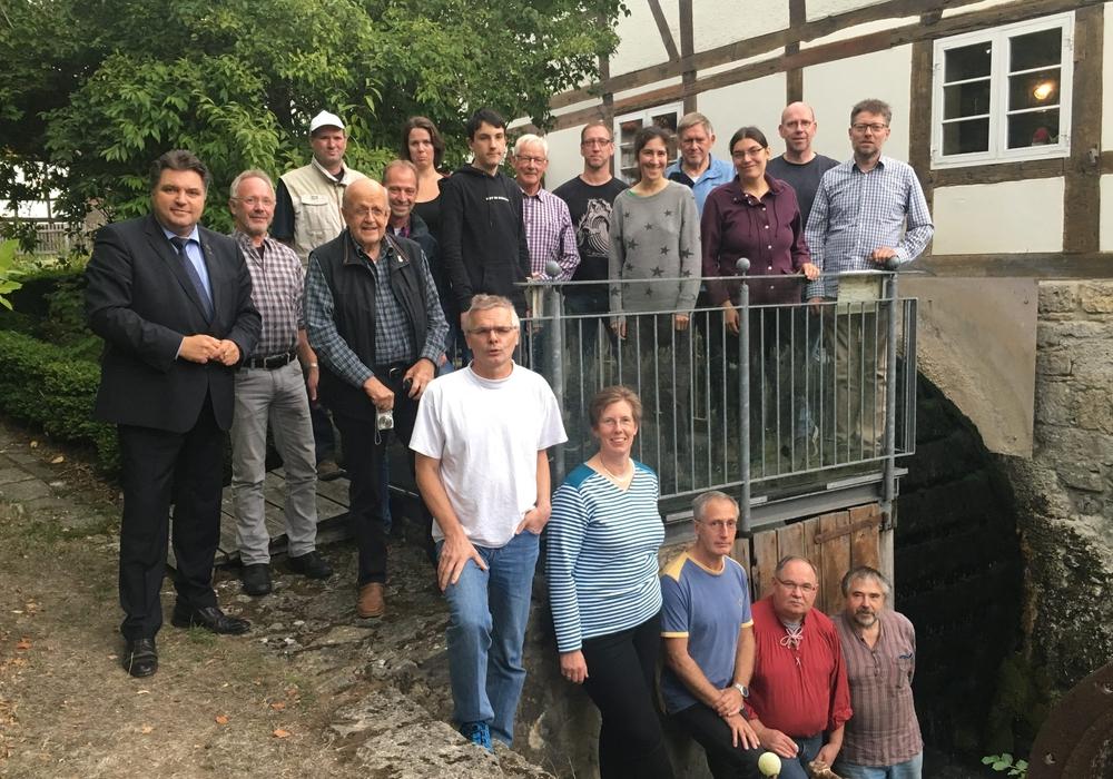 Wassermühle Erkerode mit den Teilnehmern. Foto: Mühlenverein Dettum
