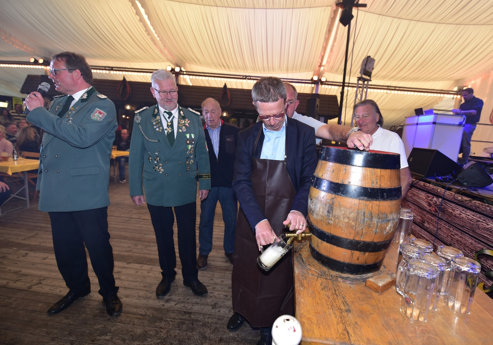 Das Wolfsburger Schützenfest ist gut gestartet. Die Zeichen stehen auf einem neuen Besucherrekord. Oberbürgermeister Klaus Mohrs gab mit dem Fassanstich den Startschuss. Fotos: Matthias Presia