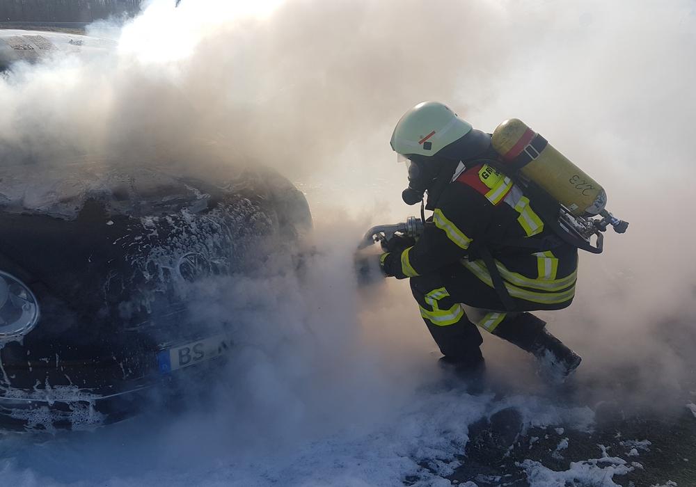 Der Angriffstrupp begann sofort mit der Brandbekämpfung. Fotos: Feuerwehr