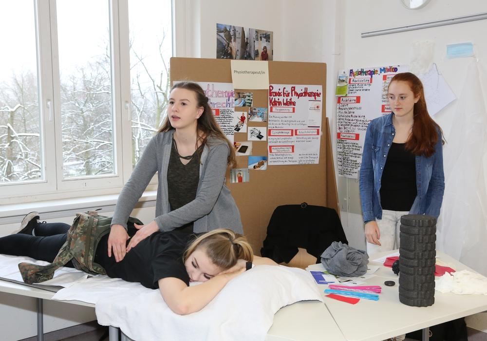 Die Schülerinnen Lynn, Jordan und Mia informierten an ihrem Stand nicht nur über den Beruf der Physiotherapeutin, sondern führten ihr erworbenes Wissen auch gleich praktisch vor. Fotos: IGS-Wallstraße