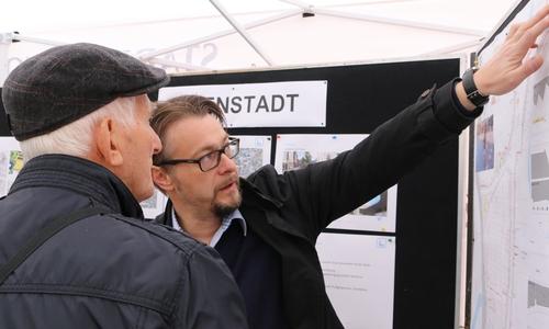 Stadtbaurat Ivica Lukanic informiert am Infostand der Stadt Wolfenbüttel über Bauprojekte der Stadt. (Archiv)