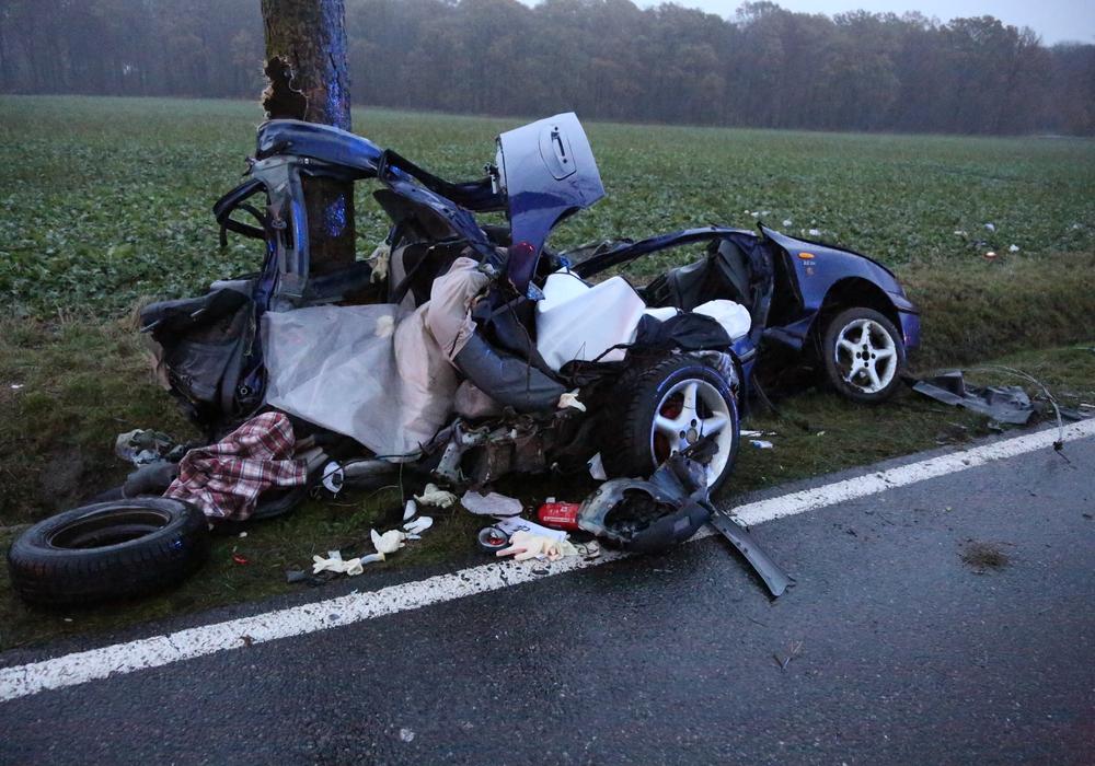 Der blaue Wagen mit polnischem Kennzeichen wurde bei dem Aufprall gegen den Baum förmlich auseinandergerissen. Fotos: aktuell24(BM)