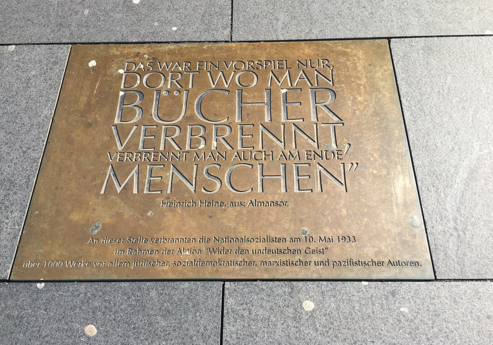 Am 10. Mai 1933 brannten unter Führung des Nationalsozialistischen Deutschen Studentenbundes (NSDStB) auf dem Schlossplatz in Braunschweig. Foto: Archiv
