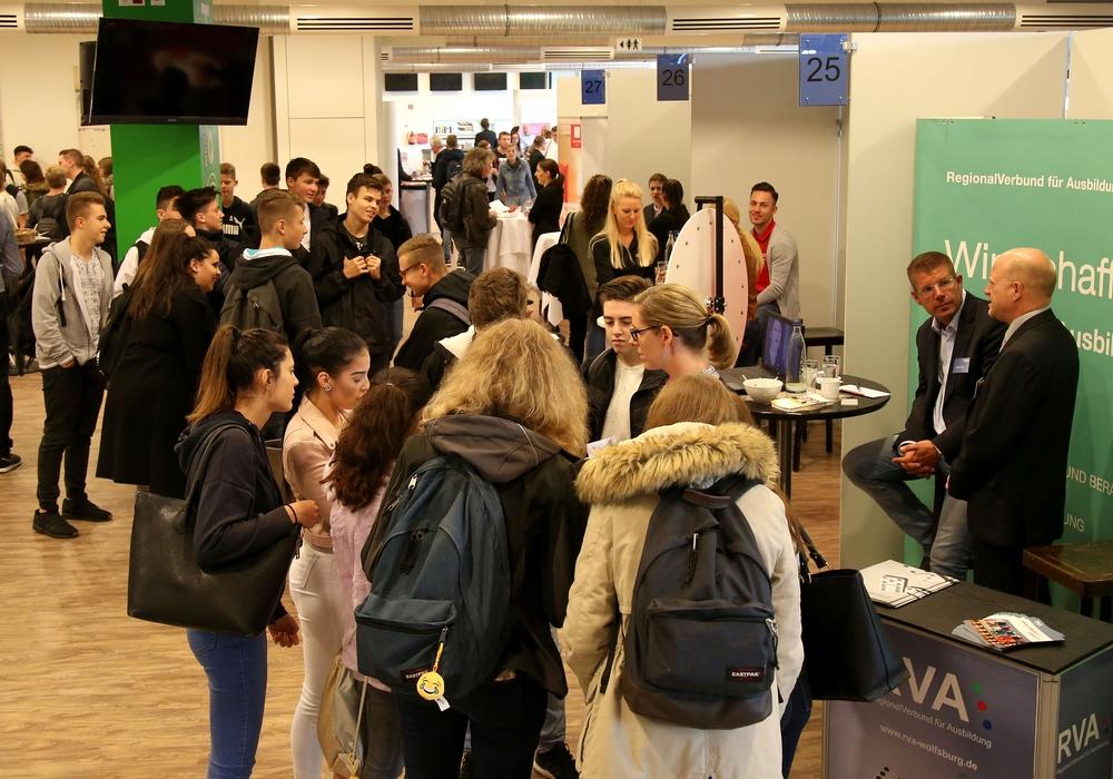 Schüler informierten sich auf der Ausbildungsplatzbörse in Wolfsburg über ihre beruflichen Chancen in der Region. Fotos: Allianz für die Region GmbH/Matthias Leitzke