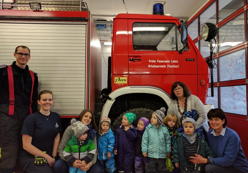 Die Krippenkinder durften bei der Ortsfeuerwehr Flechtorf hinter die Kulissen schauen. Foto: Feuerwehr Flechtorf