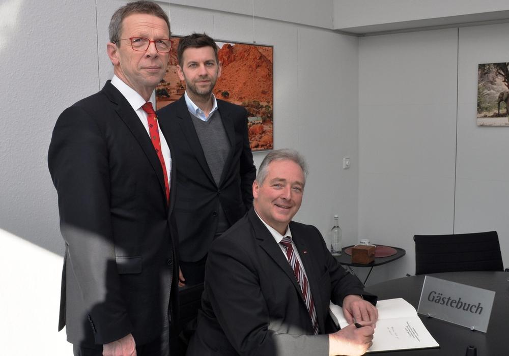 Oberbürgermeister Klaus Mohrs, Dennis Weilmann (Dezernent für Wirtschaft, Digitales und Kultur) und Frank Osterhelweg (Mitglied des Landtages). Foto: Stadt Wolfsburg