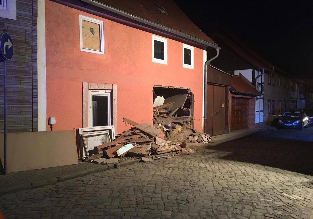 Die stark beschädigte Hauswand wurde von der Feuerwehr untersucht. Foto:  aktuell24(nsn)