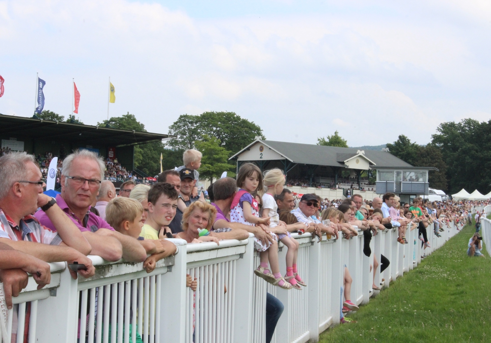 Rund 61.000 Besucher schauten sich die Rennen der Galopprennwoche an. Foto: Anke Donner
